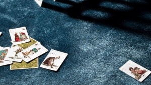 baraja de cartas sobre alfombra moderna con brillos efekto seda kp alfombras a media en color azul