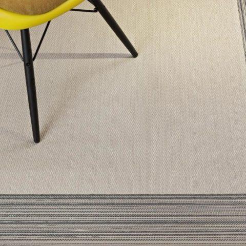 silla amarilla con patas negras sobre alfombra de vinilo keplan linea de kp alfombras a medida