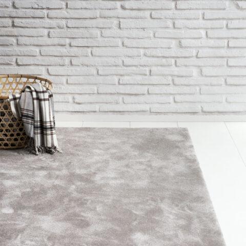 cesto con ropa sobre alfombra a medida queen de kp