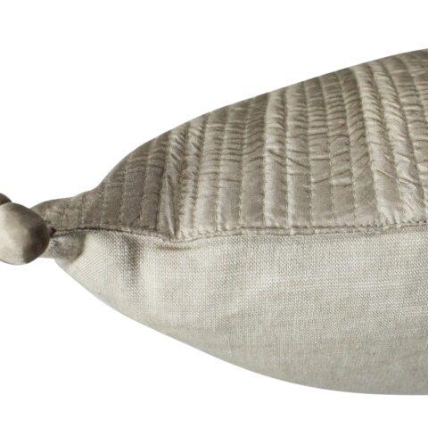 Fotografía ampliada del cojín falbala vivaraise en color beige. Se aprecian los pompones y la calidad de las 2 caras del cojin.