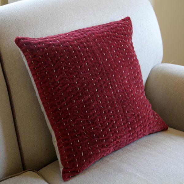 Cojín vivaraise ethan sobre un sofá