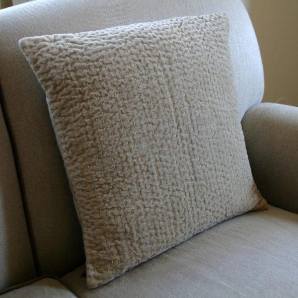 Cojín apoyado en el respaldo del sofa