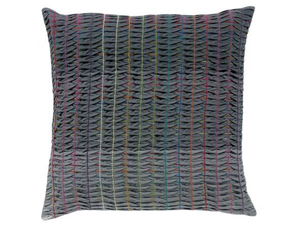 Cojin romane vivaraise con bordados plisados y puntadas manuales multicolor. Cojín sobre fondo blanco. 800x600
