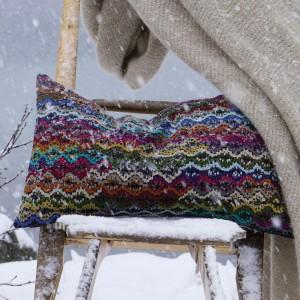 Composición cojin jane vivaraise sobre silla nevada