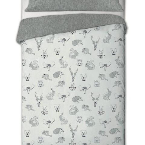 Cama vestida con funda nórdica animal kids con estampado de animales. Funda nórdica sobre fondo blanco. 768x1024