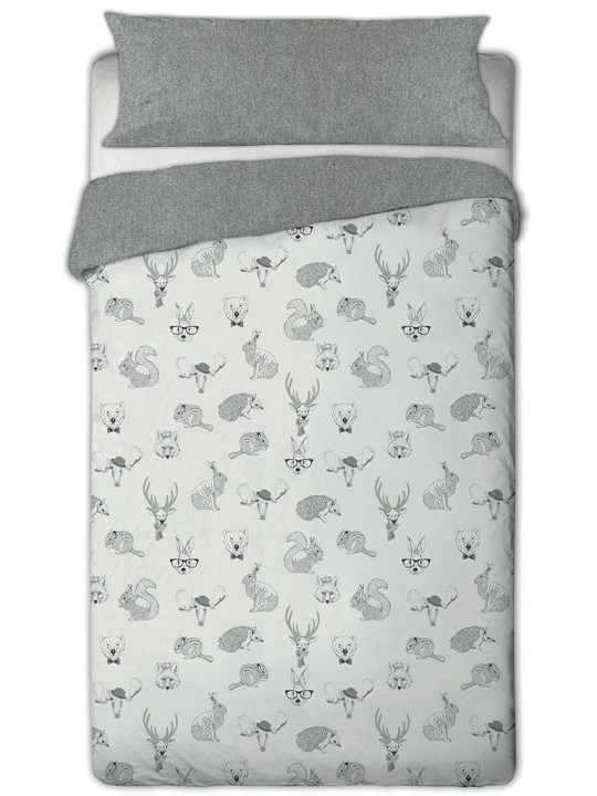 Cama vestida con funda nórdica animal kids con estampado de animales. Funda nórdica sobre fondo blanco. 768x1024