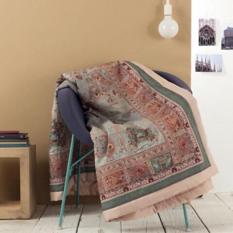 Plaid grandfoular correggio sobre una silla moderna.