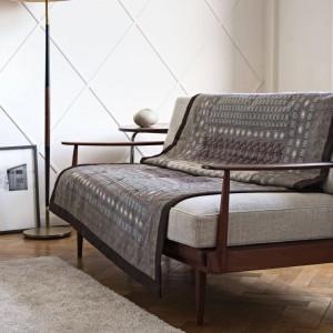 Plaid grandfoulard leonardo de bassetti cubriendo sofá