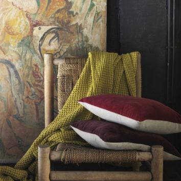 Conjunto de plaid naga y cojines en una silla
