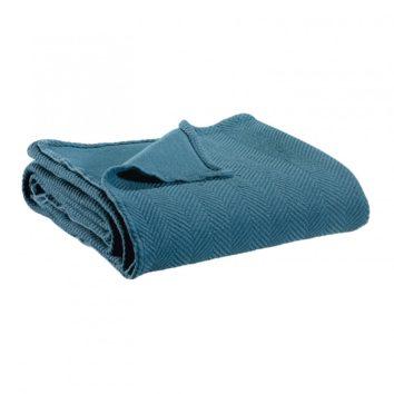 plaid boris vivaraise doblado color azul. Plaid sobre fondo blanco.