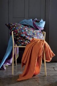 Plaid leto vivaraise conjunta otros productos vivaraise en una silla.