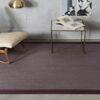 Salón con mesa y sillon sobre alfombra de vinilo keplan zeta zeta de kp alfombras a medida