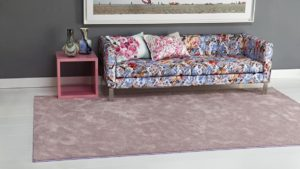 salón con sofá sobre alfombra super suave peluxe mate de kp alfombras a medida