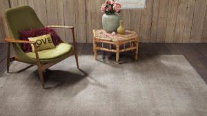 sillón verde y mesa sobre alfombra vintage de kp alfombras a medida