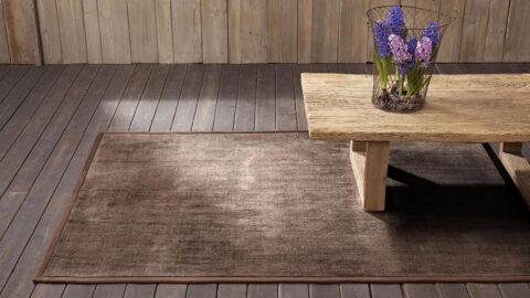 mesa de madera sobre alfombra epok de kp alfombras a medida