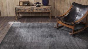 Salón con silla mecedora sobre alfombra vintage epok de kp alfombras a medida