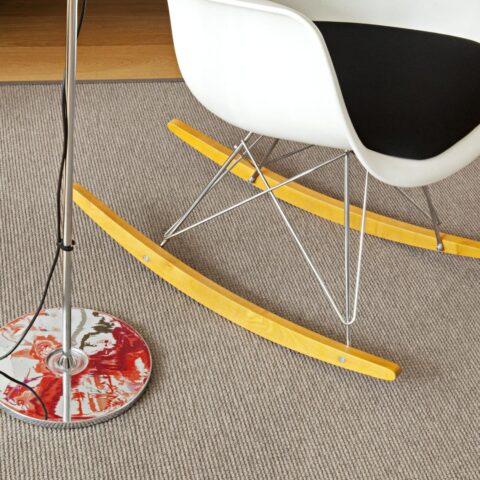 Silla y lampara de pie sobre alfombra a medida kp metrik