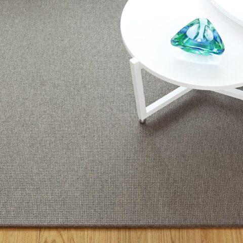 mesas blancas sobre alfombra a medida metrik de kp