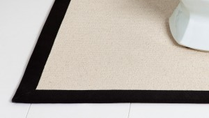 alfombra de la lana haiku en color natural con remate de 6 centimetros en color negro