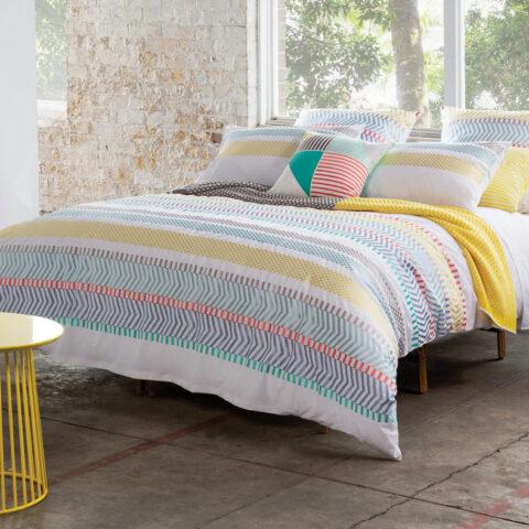 Habitación con cama vestida con funda nórdica kas australia Taylor