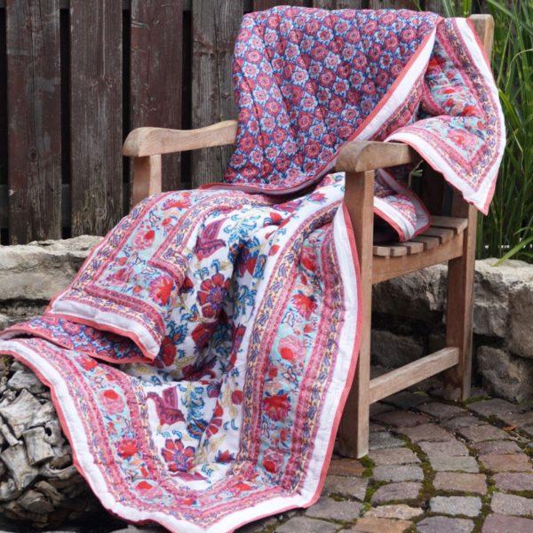 Plaid masaso dolce vita cubriendo una silla de madera
