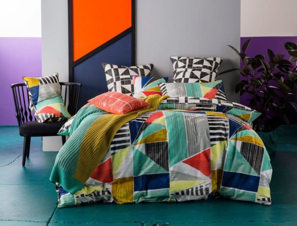 Ambiente con cama vestida con funda nórdica Kas Australia Geometry