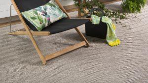 Silla de madera y tiesta sobre alfombra de exterior alfresko kp alfombras a medida