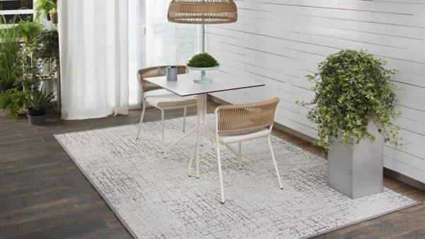 mesa y dos sillas sobre alfombra de exterior alfresko kp alfombras a medida