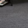 detalle ampliado de alfombra de lana lanatika kp alfombras a medida en color oscuro