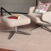 Salon y reposa piés color natural sobre alfombra de lana lanissima kp alfombras a medida en color beige