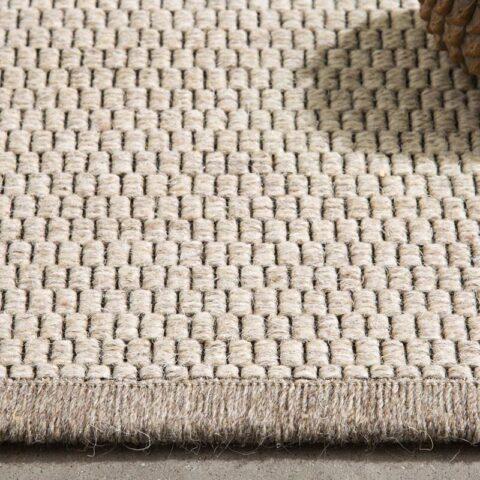 alfombra fina de lana eskila kp alfombras a medida en color beige con una piña encima