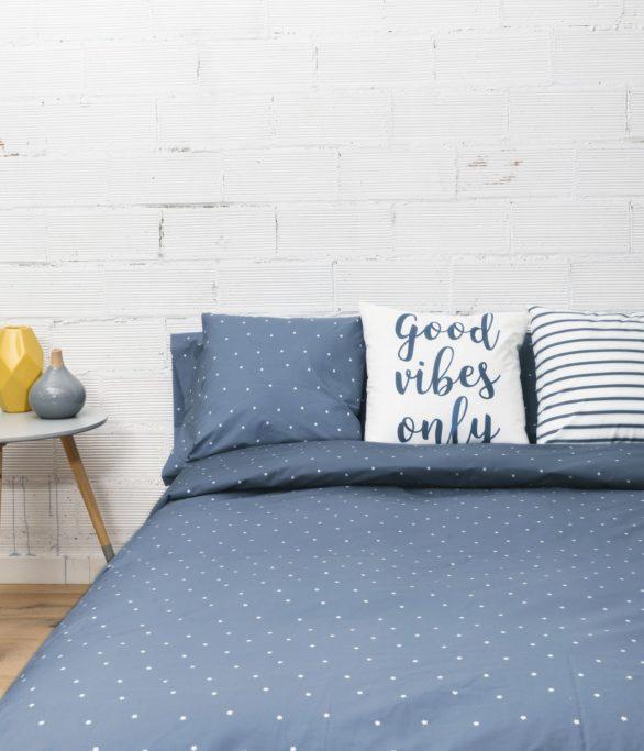 ambiente con cama vestida con funda nórdica sisomdos estrellas en color azul