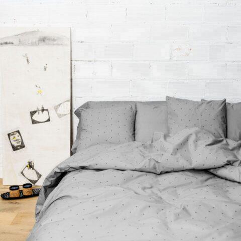 Ambiente con cama vestida con funda nórdica Sisomdos estrella