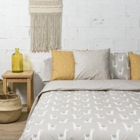 Ambiente con cama vestida con funda nórdica Sisomdos Llamas