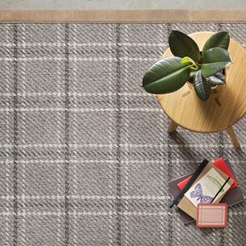 mesita con planta sobre alfombra de lana scoth_&_walles kp alfombras a medida