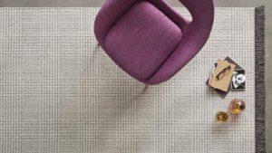 Silla en color berengena sobre alfombra de lana de cuadros escoceses scoth and walles kp alfombras a medida color gris