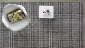Mesa con tarantula de adorno sobre alfombra de lana scoth and walles kp alfombras a medida en colores oscuros