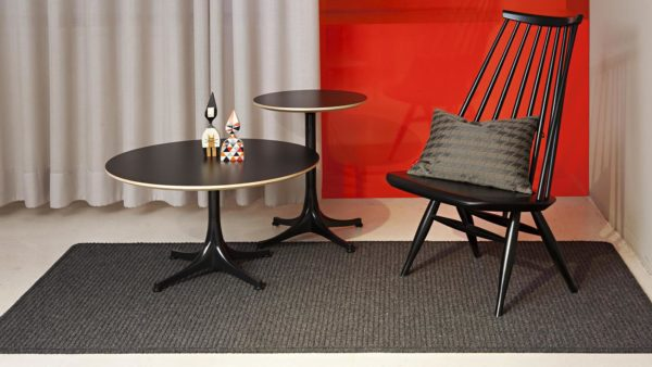mesas redondas y silla sobre alfombra de lana trikot gris kp alfombras a medida