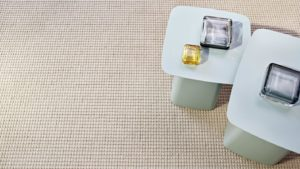 mesitas sobre alfombra de lana trikot kp alfombras a medida color natural