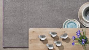 mesa de madera sobre alfombra de pelo largo i love it gris kp alfombras a medida