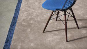 Silla sobre alfombra moderna koi kp alfombras a medida con fleco azul