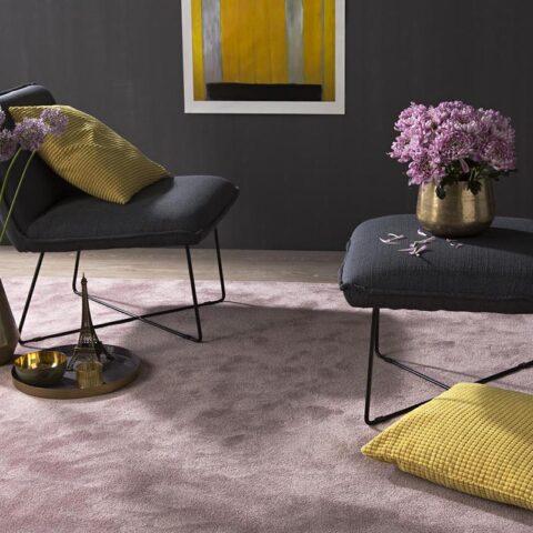 alfombras suaves kp mika con brillos y pisadas con dos sillas con cojines encima
