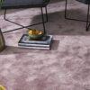 alfombra mika kp alfombras a medida con remate de flecos amarillo con jarrón con flores y libros encima