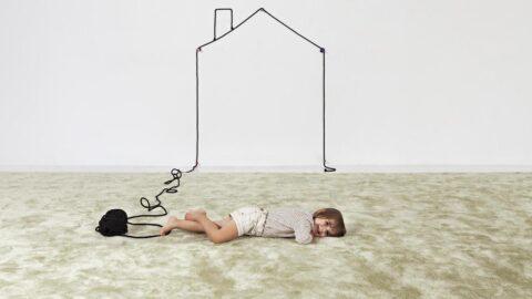 niña tumbada sobre alfombra peluxe brillo de kp alfombras a medida