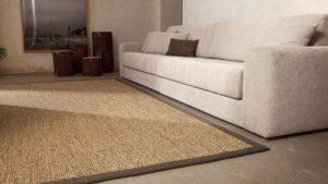 Alfombra de sisal colección tanuki de alfombras kp a medida en un salón con sofá