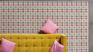 alfombras de diseño geometrik kp pata de gallo con sofá amarillo