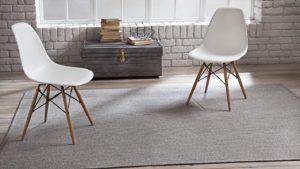 alfombras de exterior spart one kp alfombras a medida color gris con dos sillas blancas encima