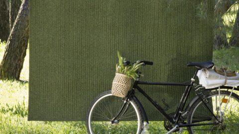 alfombras de exterior spart two kp alfombras a medida en color verde tendida con una bicicleta delante