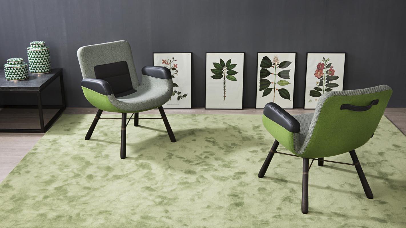 Salón con alfombra magnifik kp alfombras a medida en color verde con dos sillas encima
