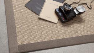 alfombras de sisal tengu kp con cámara de fotos y cuadernos encima